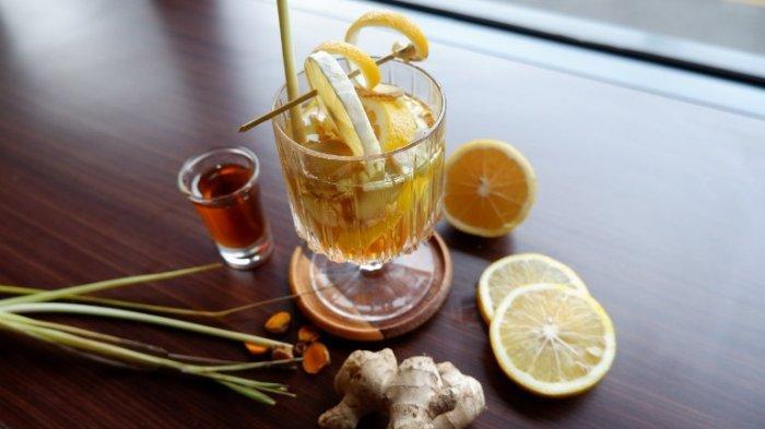 Minuman Klenthing Kuning terbuat dari bahan-bahan rempah alami asli Indonesia seperti kunyit, jahe gajah, sereh, jeruk nipis, dan madu murni.