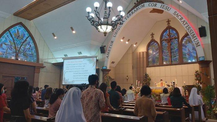 Sebanyak 150 jemaat mengikuti ibadah Misa Natal di Gereja Katolik Hati Kudus Yesus (HKY) Kota Tegal, Kamis (24/12/2020) malam.