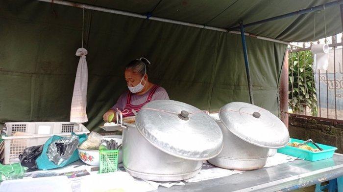 Sri Suwalim (58) terlihat sedang melayani pembeli di warung Tumpang Koyor Mbah Sabar miliknya di Jalan Ahmad Yani No.102-98, Kelurahan Mangunsari, Kecamatan Sidomukti, Kota Salatiga, Rabu (30/6/2021).