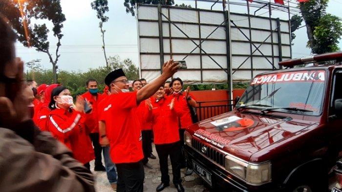 Tuti Roosdiono Sumbangkan Mobil Ambulans ke DPC PDIP Kabupaten Semarang