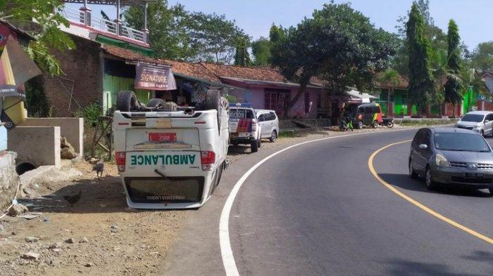 Seusai Tabrak Tembok Warung, Mobil Ambulans Terbalik, Diduga Sopir Mengantuk Menuju Ciamis