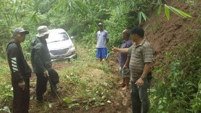 Warga saat menunjukan mobil Avanza tersesat di area hutan Gunung Putri, Desa Maniis Kecamatan Cingambul, Kabupaten Majalengka, Jawa Barat.