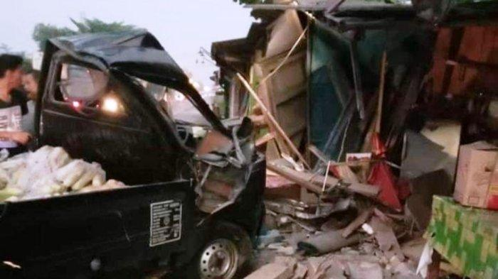 Mobil Sayur Seruduk Warung hingga Hancur di Klampok Banjarnegara