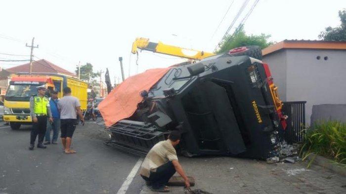 Hindari Tabrakan, Mobil Barracuda Brimob Polda Jateng Terguling