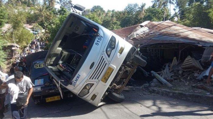 Kecelakaan Bus Pengiring Jenazah, Tak Kuat Nanjak Kemudian Terbalik & Timpa Rumah Warga
