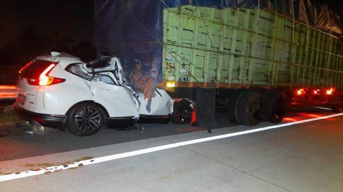 Mobil CR-V putih berpelat L 1225 I yang mengalami kecelakaan beruntun di KM 485 ruas Tol Solo-Semarang, Boyolali, Selasa (8/9/2020) malam. Pengemudi dan korban merupakan suami istri warga  Pondok Manggala A-2/1 RT 01/05 Balas Klumprik Kota Surabaya, yakni R Deddy Erryanto dan Sonya Windawaty.