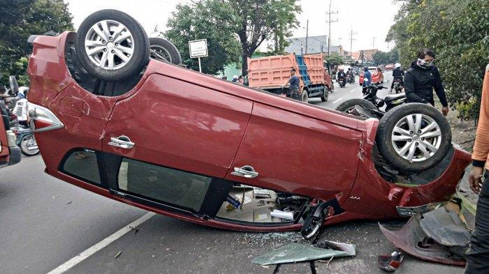 Kecelakaan Mobil Ertiga Merah Terbalik di Sidoarjo, Polisi Olah TKP