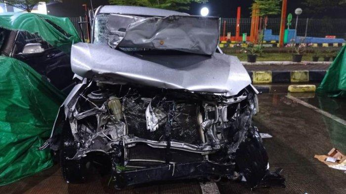 Mobil Innova bernomor polisi B 1193 BIU kecelakaan tunggal di KM 333+400 jalur A Tol Pemalang-Batang, tepatnya di Kecamatan Bojong, Kabupaten Pekalongan, Jawa Tengah, Senin (28/6/2021).