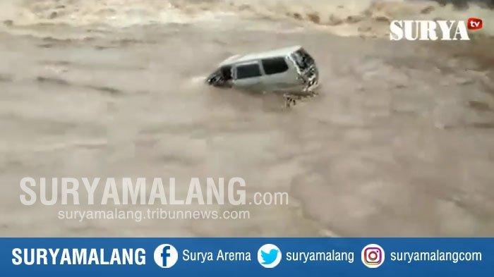 VIDEO : Ngeri, Mobil Kijang Nyemplung dan Terbawa Arus Sungai Brantas, Nasib Penumpangnya?