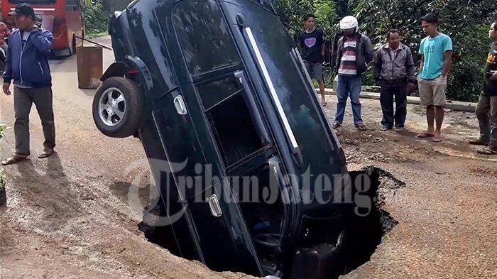 Andi Asmara Cerita Jalan Tiba-tiba Ambles Jadi Lubang Besar Menelan Mobilnya di Wonosobo