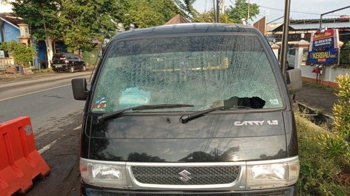 Mobil mengalami rusak pada kaca depan setelah mengalami aksi teror pelemparan batu di Jalan Pantura Kendal baru-baru ini.