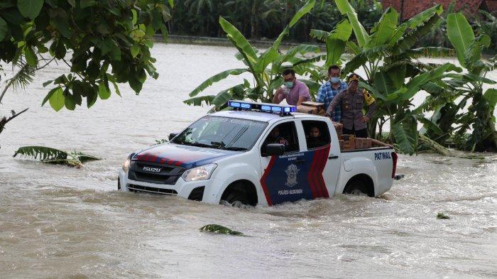 Terobos Banjir, AKBP Rudy Naik Mobil Patroli Bak Terbuka Bawa Bantuan ke Santri