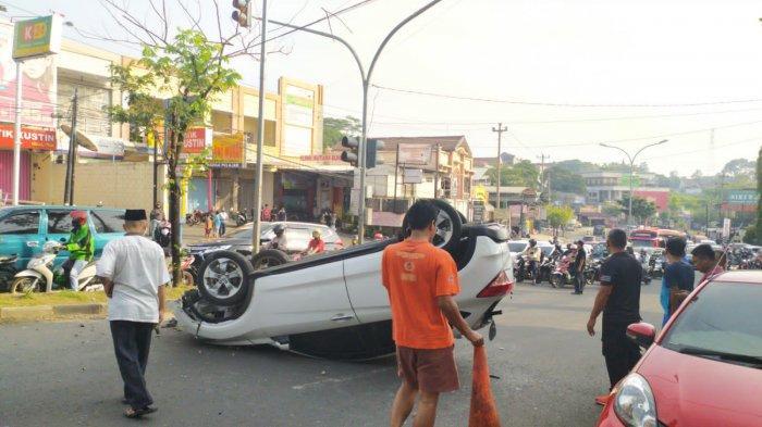 Video Rekaman Dashcam Detik-detik Mobil Terguling di Tol Cikampek, Reflek Pengemudi Bikin Takjub