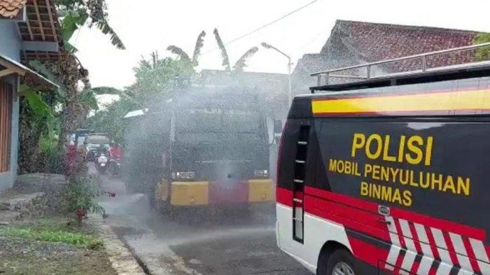 Mobil Water Cannon Polres Banjarnegara Masuk Gang Desa Semprot Disinfektan