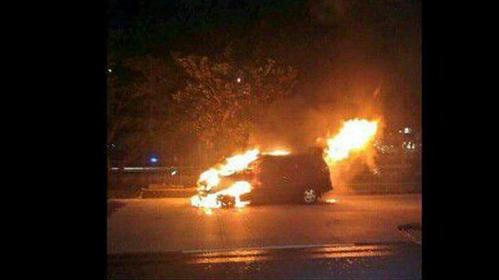 Diduga Korsleting Mobil Innova Terbakar di Dekat Central Park