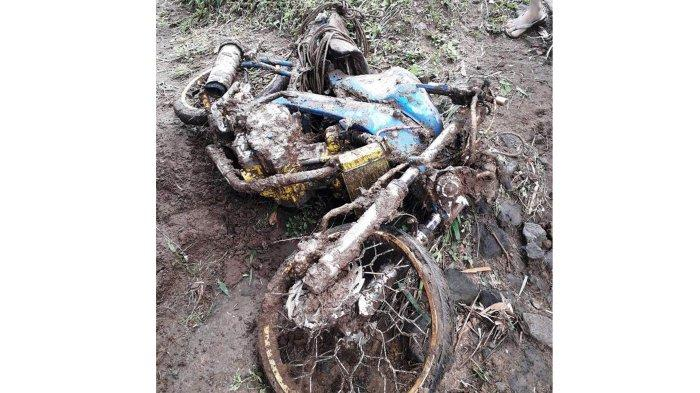 Motor para korban yang tertimbun longsor di Desa Wonolopo, Kecamatan Sawangan, Kabupaten Magelang.