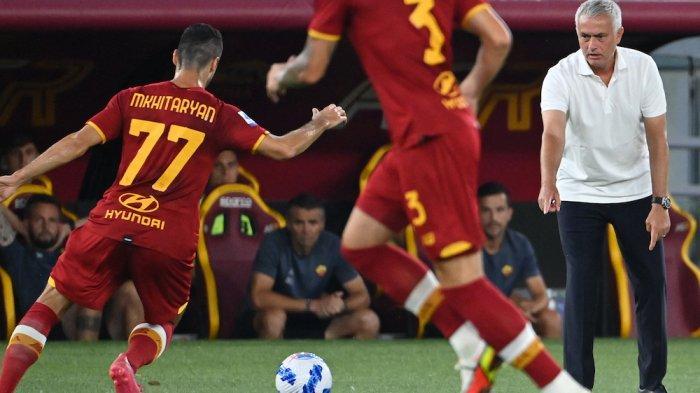 Pelatih Jose Mourinho memberi instruksi kepada pemainnya dalam laga AS Roma vs Fiorentina jornata 1 Serie A musim ini