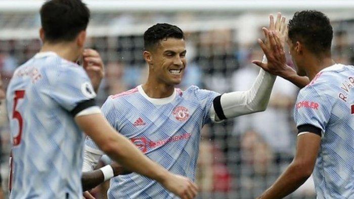 Penyerang Manchester United Cristiano Ronaldo merayakan gol ke gawang West Ham United pada laga lanjutan Liga Inggris di London Stadium, Minggu (19/9/2021) malam WIB.