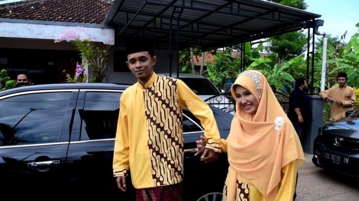 Mohammad Muchlis Abdillah dan Lulu Miftachurrohmah, pasangan pengantin perdana menjajal mobil dinas Bupati Kebumen Arif Sugiyanto di hari pernikahannya, Minggu (29/3/2021).