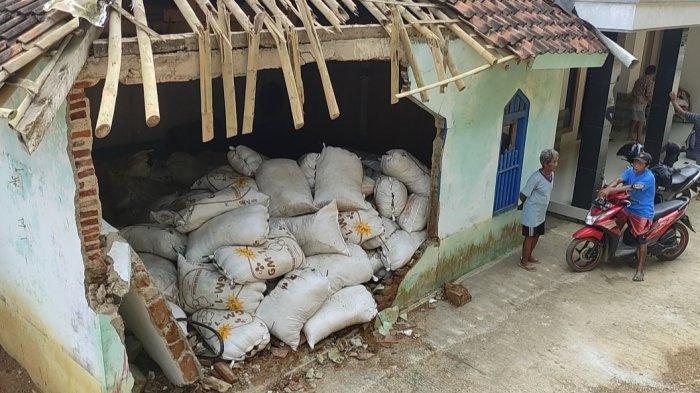 Warga Bersiap Mau Sholat Tarawih saat Truk Seruduk Musala di Wanadri, Tiga Orang Dilarikan ke RS