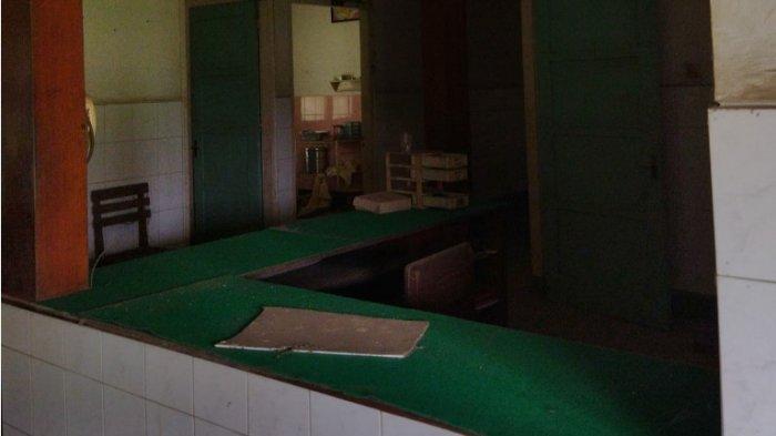 Meja resepsionis di Bangsal Bersalin RSK Tayu. Terlihat kotak laci milik tenaga perawat pun masih berada di tempatnya, dengan kondisi tertutup debu tebal.