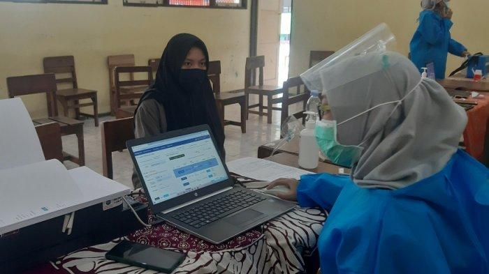 Senangnya Naila, Ikut Vaksinasi di Sekolah Saat Mulai Digelarnya PTM di Jepara
