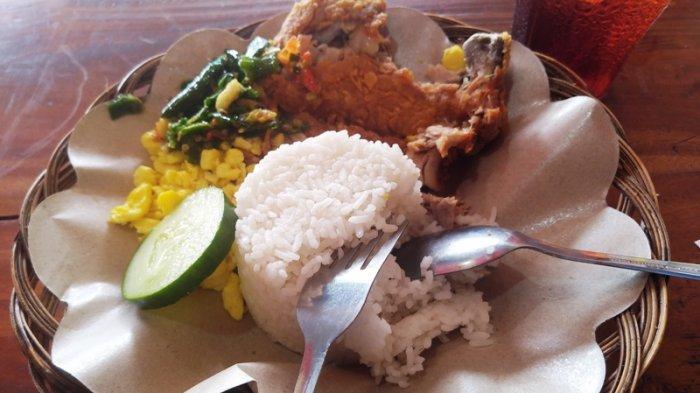 Nasi dan ayam geprek sambel ijo Bensu seporsi Rp 20.000.