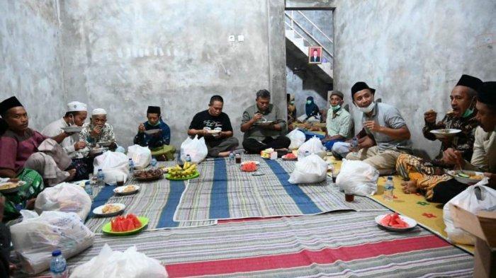 Nasi goreng buatan Bupati Kebumen Arif Sugiyanto itu lantas dibagikan kepada warga.