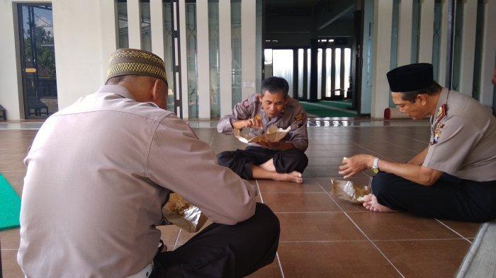 Setiap Jumat, Ada 400-an Bungkus Nasi Pecel Terong Untuk Dimakan Bersama di Masjid Polres Demak