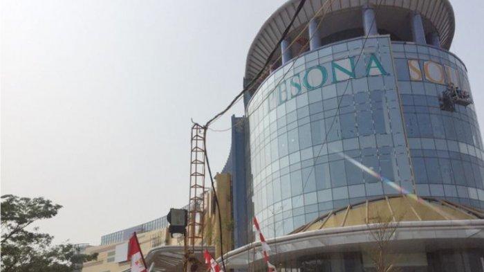 Posisi Tegak Diperlihatkan Karyawan Pesona Square Mall Ketika 'Indonesia Raya' Berkumandang