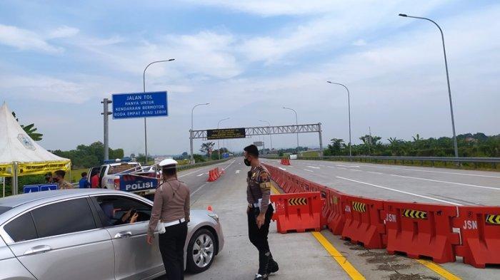 Petugas Pos Penyekatan Exit Tol Kebakkramat Karanganyar Putar Bali Mobil yang Hendak ke Semarang