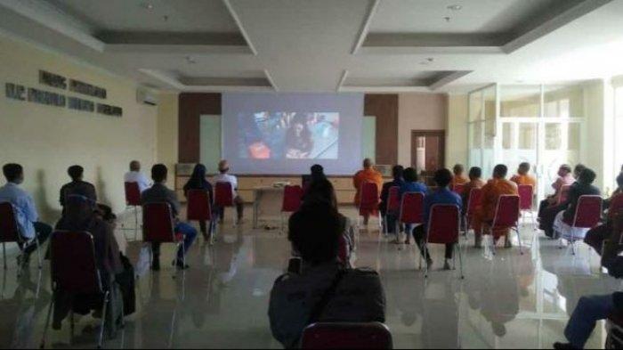 Kegiatan nobar film Gugur Gunung yang menceritakan sejumlah anak muda yang mencoba menghidupkan kembali wihara 2500 Buddha Jayanti di Wungkal Kasap, Kota Semarang.