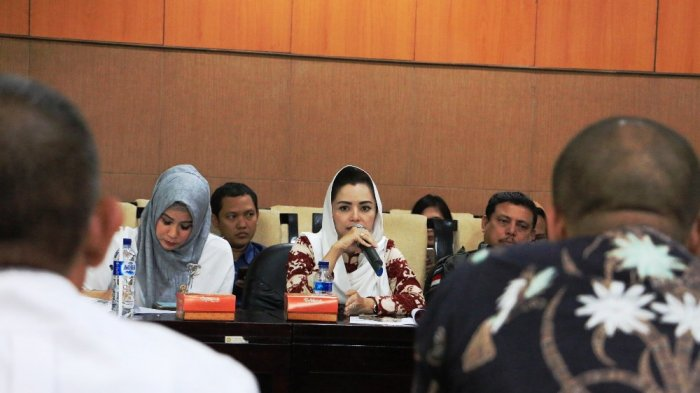 Anggota Komisi V DPR Novita Wijayanti menanyakan ikhwal jatuhnya heli Basarnas dalam kunjungan ke Kantor SAR Semarang, Selasa (4/7/2017).