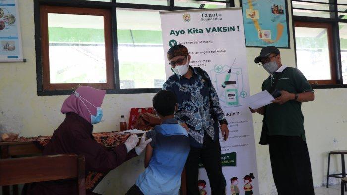 Nurkolis & Maidi memberi semangat peserta vaksinasi