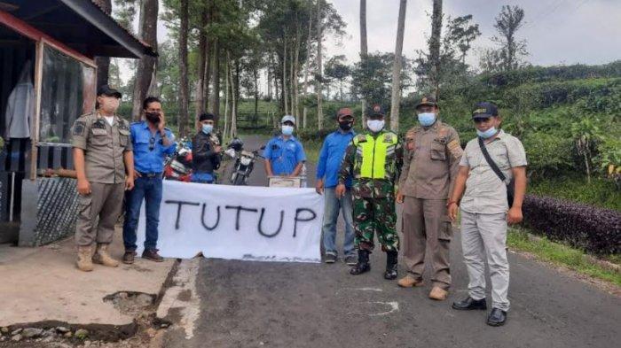 Petugas melakukan penutupan sejumlah wisata di Kabupaten Batang, Minggu (16/5/2021)