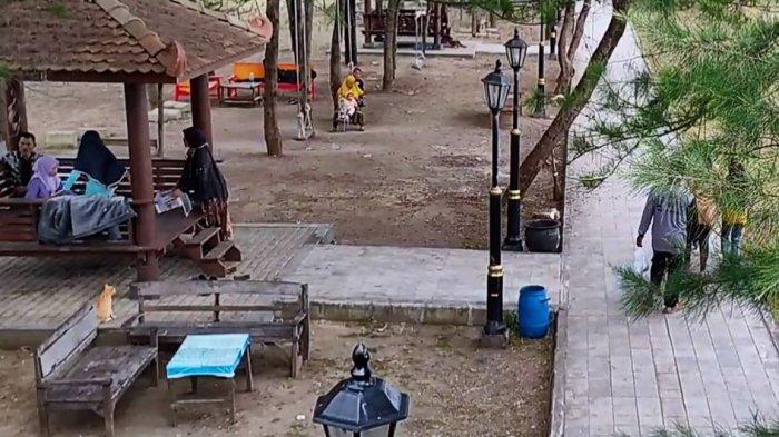 Sejumlah pengunjung memadati Objek Wisata Pantai Widuri Pemalang, beberapa waktu lalu.
