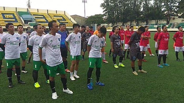 Komunitas Football Traveler (Ft) Kota Semarang saat kegiatan berolahraga di Stadion Citarum Kota Semarang.