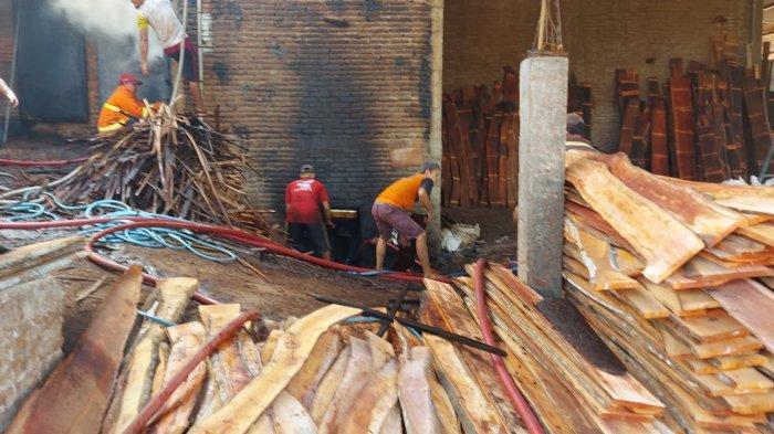 Terjadi Kebakaran Gudang Penyimpanan Kayu di Jepara Hari Ini