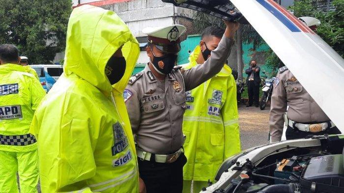 Kasatlantas Polrestabes Semarang melakukan pengecekan Alat Pelindung Diri (APD) kendaraan bermotor yang akan dikenakan personelnya saat Operasi Lilin.