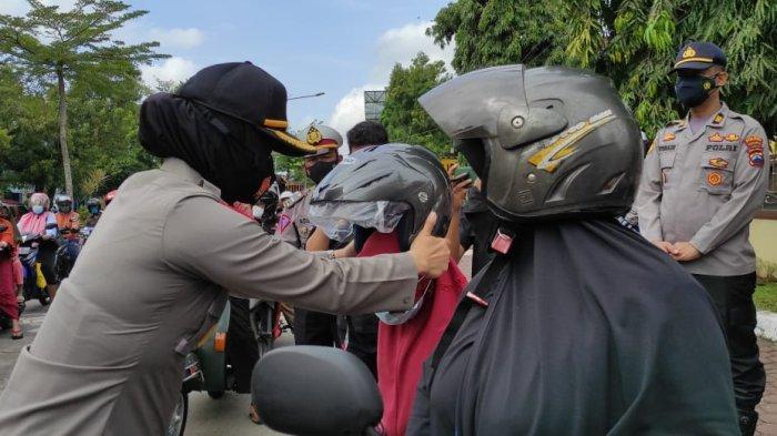 Aksi Simpatik Operasi Patuh, Polres Purbalingga Bagikan 66 Helm Kepada Warga