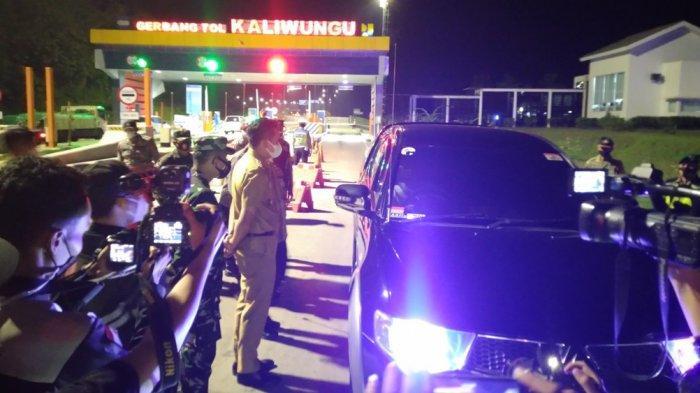 Operasi penyekatan PPKM darurat di exit tol Kaliwungu Kendal, Senin (5/7/2021) malam. Petugas amankan ratusan botol ciu.