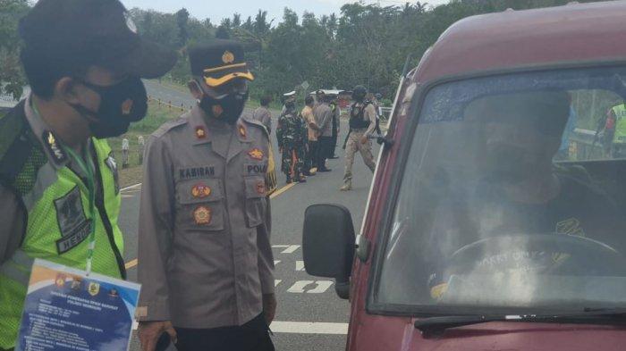 Petugas melakukan operasi yustisi PPKM darurat di jalur perbatasan Kabupaten Wonogiri-DIY tepatnya depan SMKN 1 Pracimantoro, Jumat (9/7/2021).