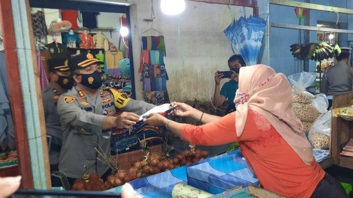 TNI Polri Bagikan 6.750 Masker di Area Pasar Sidorejo Wonogiri