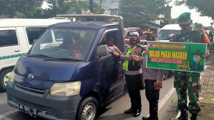 Operasi yustisi gabungan dalam rangka penerapan kebijakan Pemberlakuan Pembatasan Kegiatan Masyarakat ( PPKM) di hari ke lima ini Polres Wonogiri beserta jajarannya membagikan 6.750 masker.