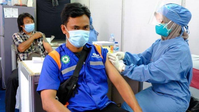 Percepat Pemulihan Pandemi, Operator dan Awak Mobil Tangki Pertamina di Semarang Jalani Vaksinasi