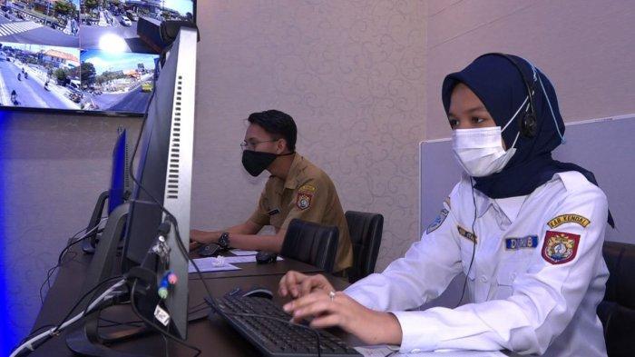 Operator layanan darurat 112 Kendal memantau pengaduan melaui command center, Senin (3/5/2021).