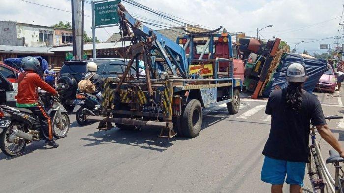 Truk Terguling Timpa Mobil di Perempatan Sirongge Purbalingga, Tidak Ada Korban Jiwa
