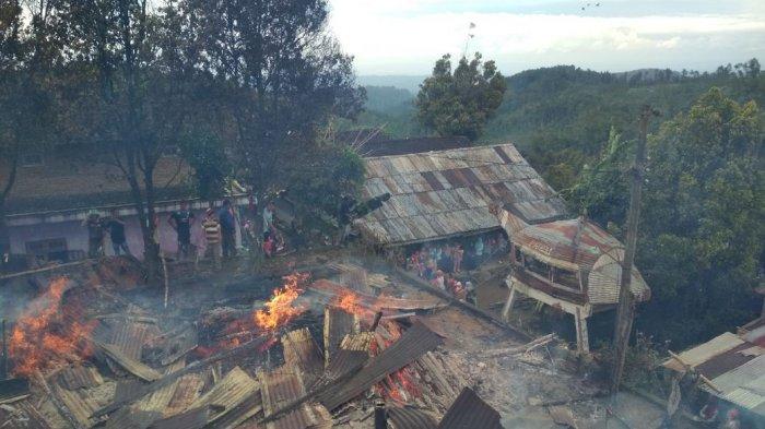 Orang Gila Membakar Rumahnya dan Merembet Hanguskan Rumah Tetangga