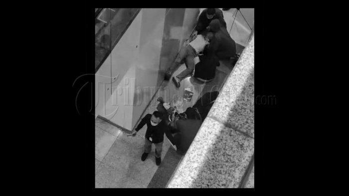 Pria Misterius Jatuh Kepala Duluan di Tunjungan Plaza