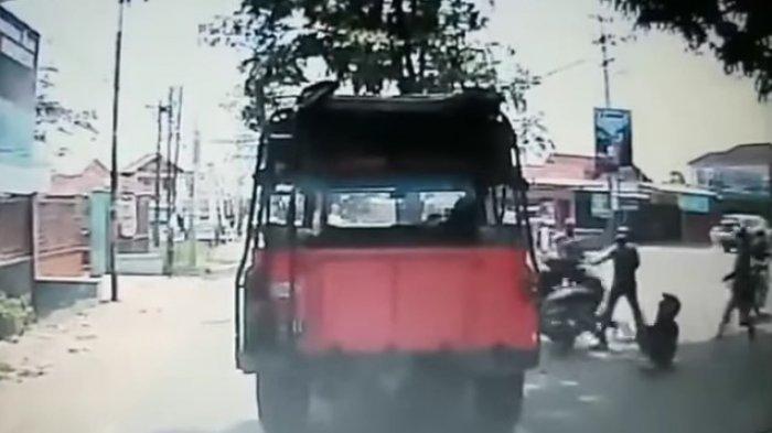 Seorang Wanita Ditinggal Pacarnya Kabur Hindari Razia Polisi, Videonya Viral Lagi